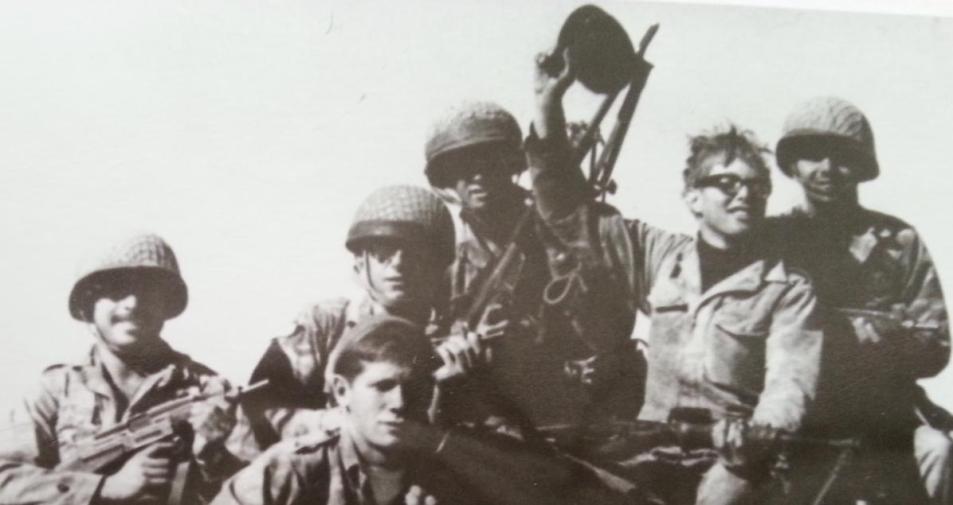יוסי קילמן (שני מימין) עם חבריו לפלוגה. בתל פאחר הוא היה נחוש להכריע את הקרב