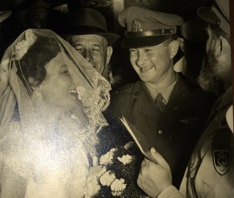 """1959, שרה ומוסא מתחתנים. שרה: """"כשהתחתנתי עם קצין בקבע ידעתי לאן אני הולכת"""""""