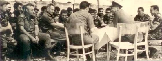 """שמח בפיקוד צפון. מוסא קליין (משמאל) ליד אריק שרון ויונה אפרת. יושב עם הגב למצלמה: דדו. בכובע המצחיה: הרמטכ""""ל יצחק רבין"""