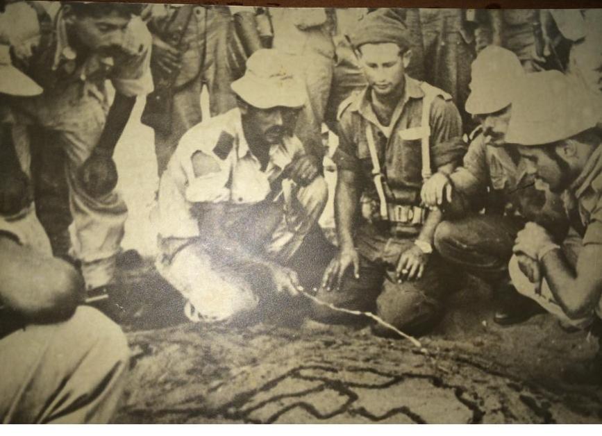 מוסא קליין (שלישי מימין עם כובע גרב) בעת התכנונים לכיבוש מוצבי רפיח ב-1956