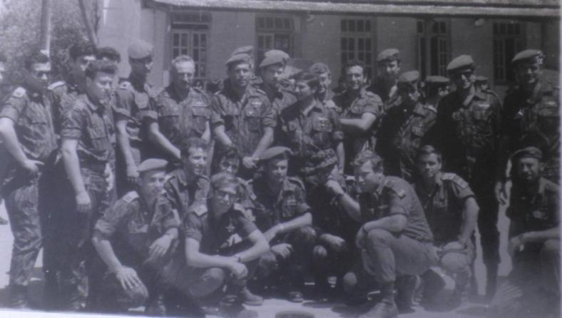 """בשרגא אחרי המלחמה. שמיל (שלישי מימין בשורה הקדמית) עם מפקדי גולני והמח""""ט יונה אפרת (עומד שישי משמאל)"""