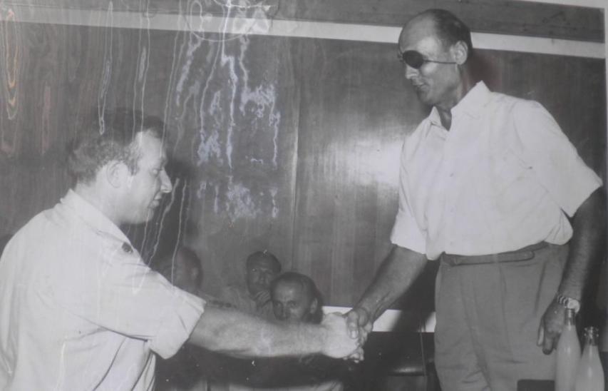 1973, שמיל מקבל משר הביטחון משה דיין את עיטור המופת על חלקו בקרב תל פאחר