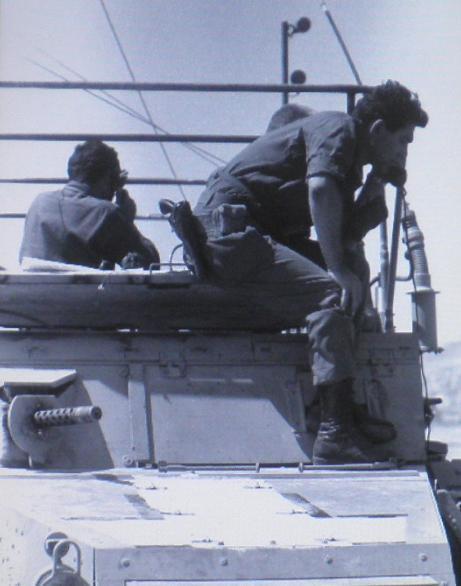 """אלוף הפיקוד מוריד הוראות בקשר בעת כיבוש הרמה (אוסף ארכיון צה""""ל)"""
