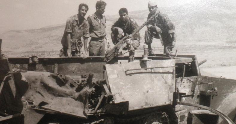 """מוראד (שני מימין) אחרי המלחמה על """"הזחל""""ם של דרימר"""" שנפגע ועלה בלהבות בדרך ההטיה. שני משמאל: דני ביזר"""