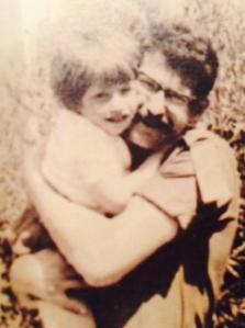 טלי בזרועות אביה. השכול שלה נע בין צביקה לצביקה