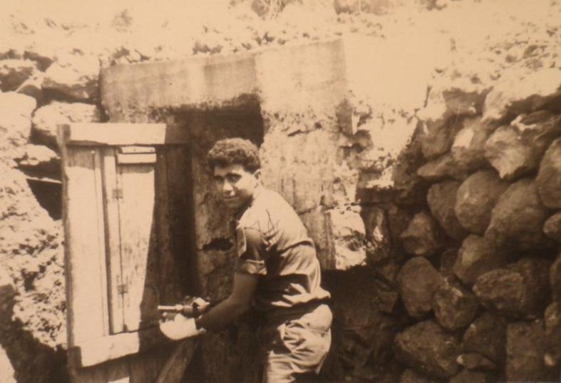 1967, שמוליק מוראד בפתח הבונקר שבו נפצע ביד (צילום: אהרון ורדי)