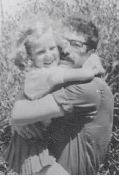 רולי פז בזרועות אביה. היתה גאה בו