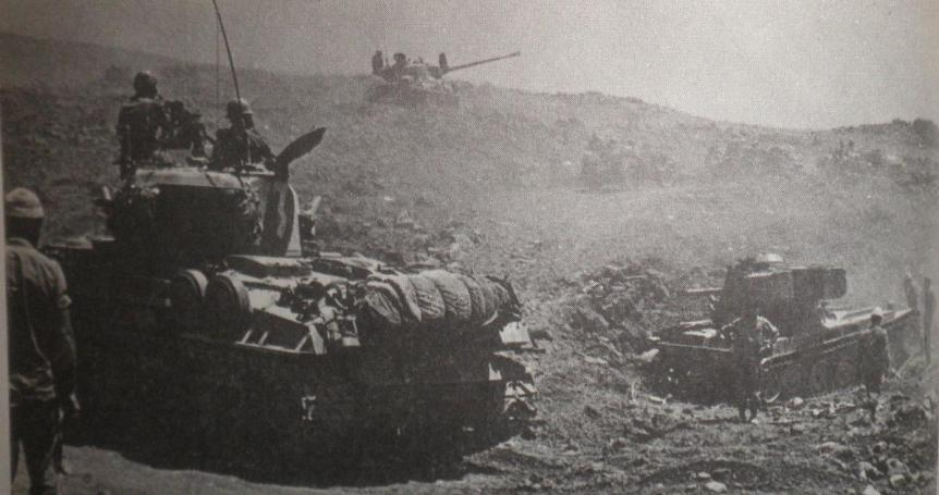 טנק ה-AMX הסורי מימין. למעלה הטנק הפגוע של ברוש. התמונה צולמה כנראה למחרת הקרב
