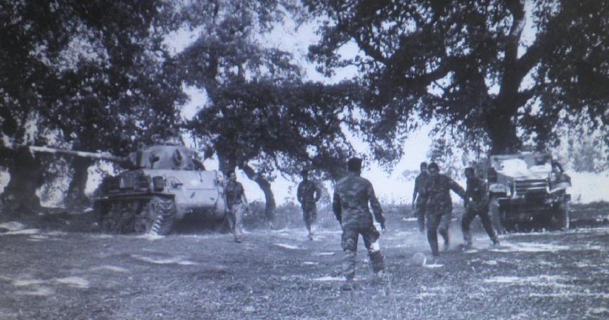עד שתגיע הפקודה. מחלקת הטנקים של ברוש משחקת כדורגל בחורשת טל. החייל עם הכדור - המקלען חיים כהן