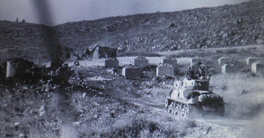"""חטיבה 8 במחסום הקוביות (צילום מארכיון צה""""ל)"""