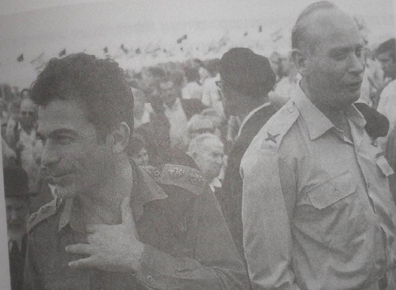 אביעזר יערי (משמאל) עם אלברט מנדלר