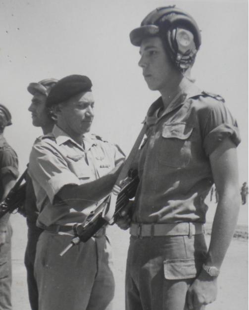יהודה ארזי בסיום קורס קציני שריון עם מפקד הגיס חיים בר-לב