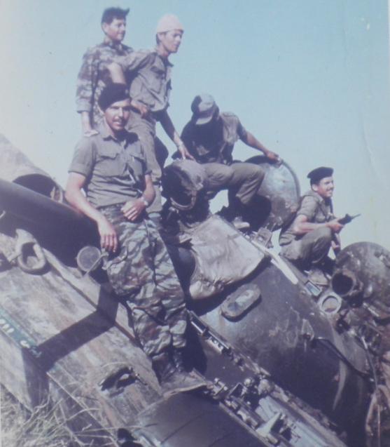 1967, יהודה ארזי וחברים על טנק סורי הפוך