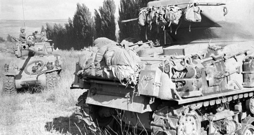 """טנקים מתכוננים לפקודה לנוע אל הרמה הסורית (צילום: """"במחנה"""", ארכיון צה""""ל)"""