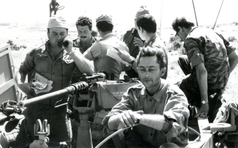 """חפ""""ק גדוד 377 בסיום המלחמה מעל קונייטרה.  משמאל לימין: אלחוטן, קש""""א, איתן לזר הקמב""""ץ, אברהם נויפלד ז""""ל- מ""""פ פ' (בכובע טמבל) משוחח עם אריה ורשל הקשר""""ג, נהג, סמל מבצעים (באדיבות אריה ורשל)"""