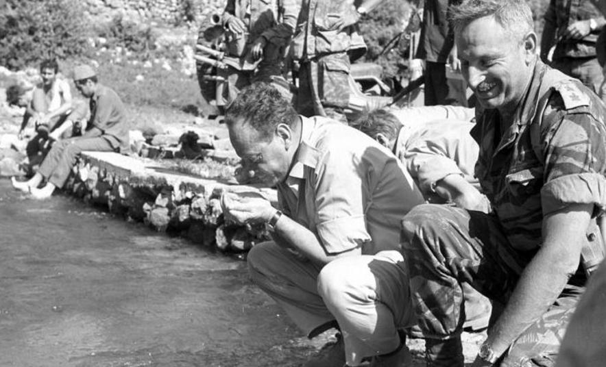 """לחיים! מח""""ט גולני יונה אפרת (מימין) והשר יגאל אלון בבניאס. צילום: שמעון רפפורט / ארכיון צה""""ל. להגדלה - לחצו על הצילום"""