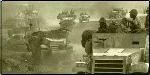 """כוחות צה""""ל חולפים על פני זחל""""ם המוות של 121"""