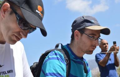 קורן (מימין) ושחר ביזר בתל פאחר (צילום: ינון ביזר)