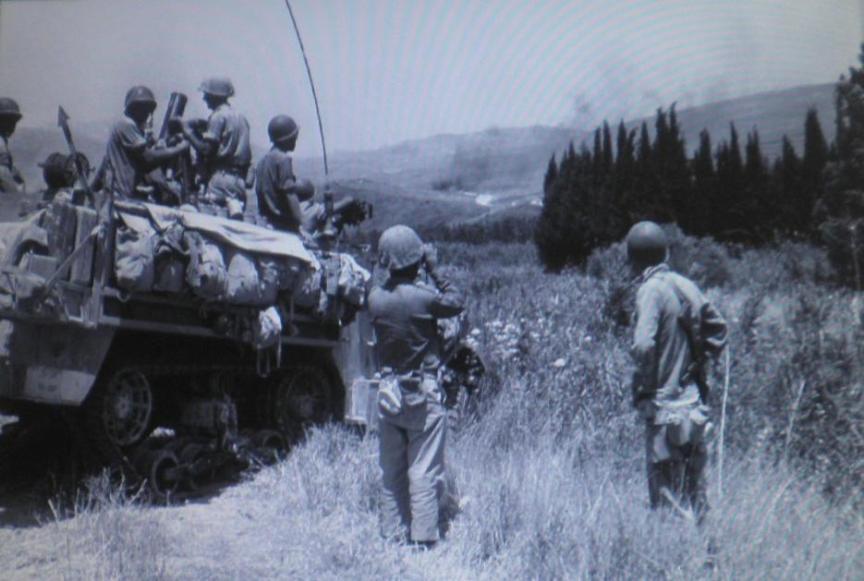 """צילום בזמן אמת: גדוד המרגמות 334 של גולני בירי כבד לעבר תל עזזיאת (צילום: יוסף לויטה, """"במחנה"""" ארכיון צה""""ל)"""