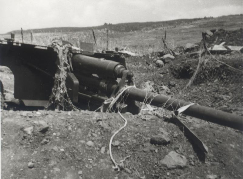"""תותח נ""""ט במוצב הדרומי של תל פאחר שהיה מכוון אל דרך ההטיה"""