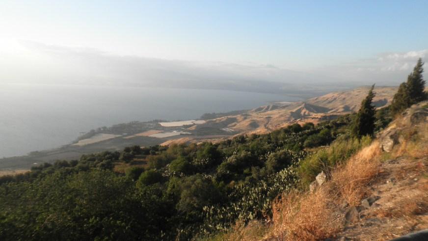 מראה מתצפית השלום בכפר חרוב (לשעבר כפר חרב הסורי) לעבר קיבוץ עין גב ושמורת סוסיתא (לצפייה מיטבית - לחצו על התמונה)