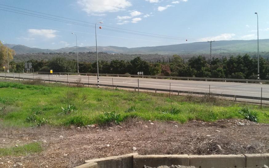 מבט מהעמדה שהגנה על משק דן אל רמת הבניאס - הרכס הקרוב. הרכס העליון: זעורה [לצפייה מיטבית - לחצו על הצילום]