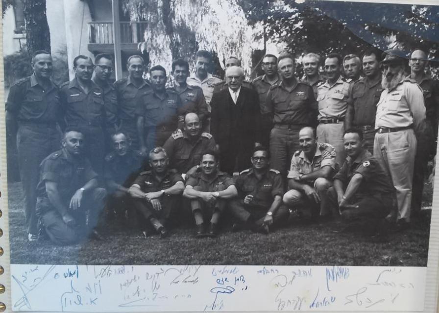 """המטכ""""ל של ששת הימים בצילום עם הנשיא זלמן שזר. בתחתית התמונה חתימותיהם של הרמטכ""""ל רבין והאלופים"""