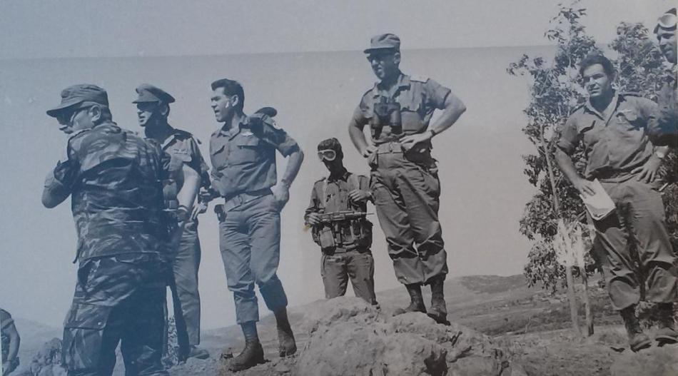 """ה-11 ביוני 1967, על תל פאחר. משמאל: מח""""ט גולני יונה אפרת, הרמטכ""""ל רבין, אלוף הפיקוד דדו, חייל לא מזוהה, אלוף אלעד פלד, אור שמחוני קמ""""ן חטיבת גולני"""