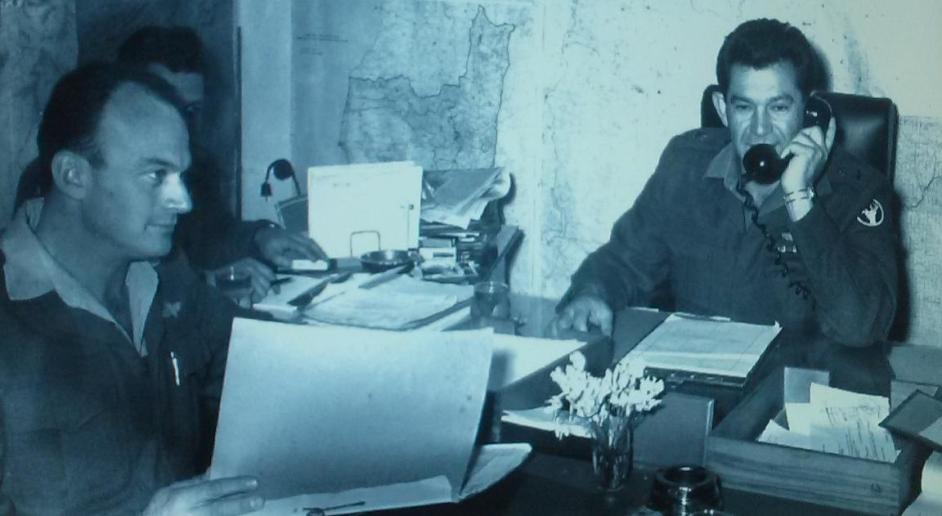 """אלוף פיקוד הצפון דוד אלעזר עם מנו שקד, מח""""ט 3, לפני מלחמת ששת הימים [צילום: ארכיון צה""""ל]"""
