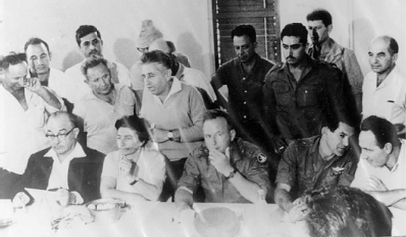 """חברי דן עם שמעון פרס, דדו, רבין ולוי אשכול, אחרי אחת ההפגזות (מתוך אתר """"אדם בגליל"""")"""