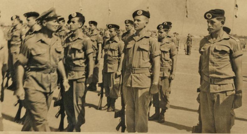 """משה ממון, ראשון מימין בטקס סיום קורס קצינים בנוכחותו של הרמטכ""""ל דאז משה דיין"""