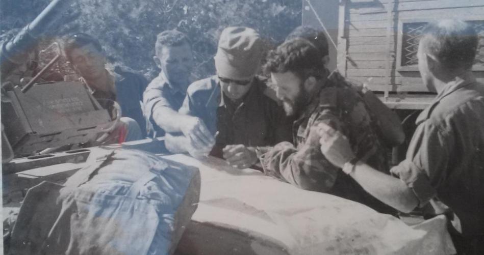 """10 ביוני 1967 - חפ""""ק 36. אלעד פלד ולצידו מח""""ט 80 דני מט (מזוקן)"""