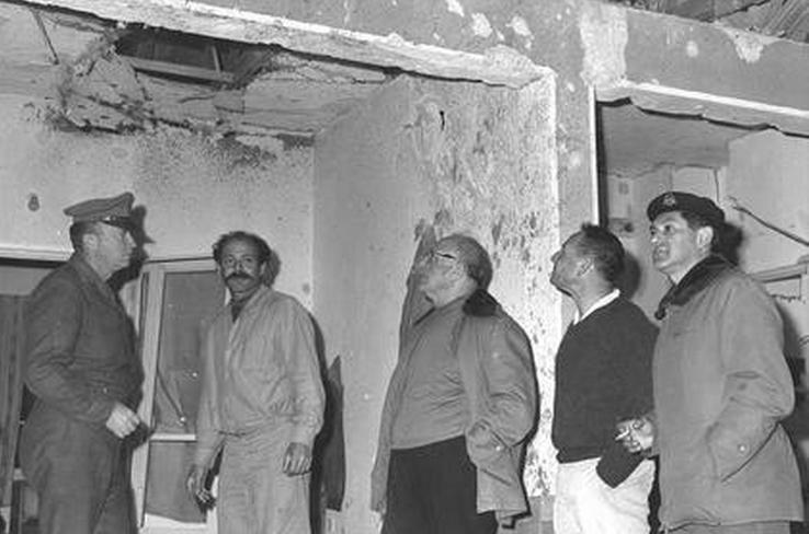 """אפריל 1967, ראש הממשלה לוי אשכול (במרכז) בסיור בגדות אחרי הפגזה סורית. מימין"""" אלוף פיקוד הצפון דוד אלעזר, משמאל הרמטכ""""ל יצחק רבין"""