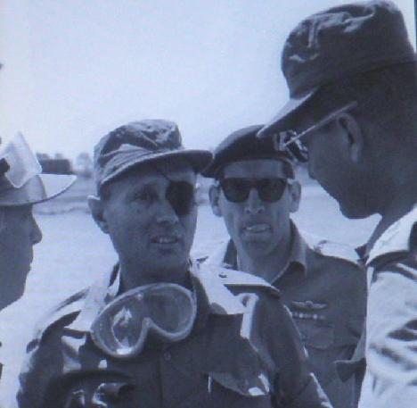 דיין עם עזר וייצמן (מימין), רחבעם זאבי ואריק שרון