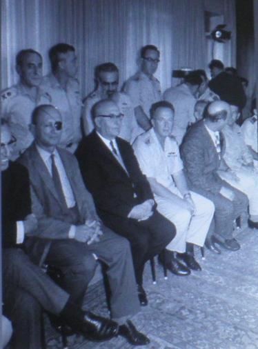 """אחרי המלחמה: אשכול, דיין, רבין עם אלופי המטכ""""ל"""
