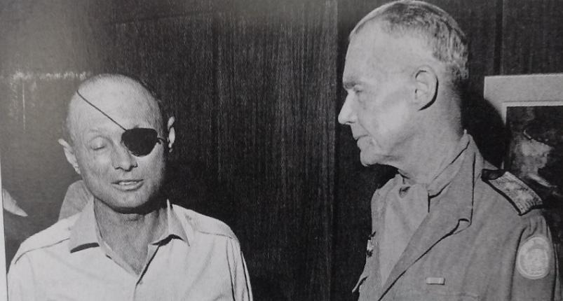 """שר הביטחון דיין עם ראש משקיפי האו""""ם גנרל אוד בול [ארכיון צה""""ל]"""