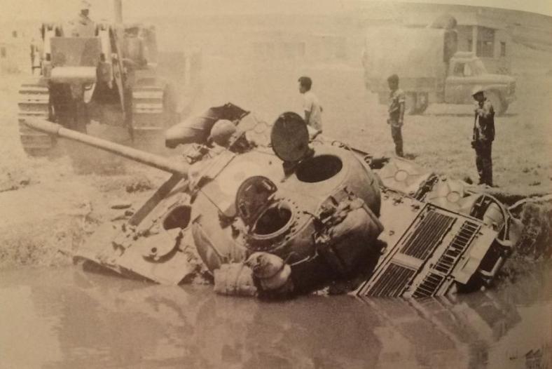 טנק סורי שהתהפך לתוך תעלה ליד קונייטרה