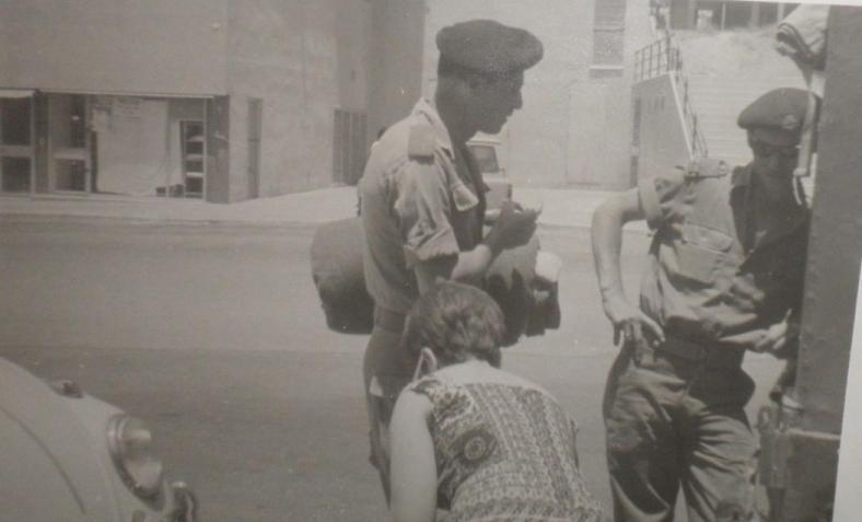 """שבת 3 ביוני 1967, חופשה בעיר רגע לפני פרוץ המלחמה. המ""""מ עזרא ברוש (מימין) עם המ""""פ זאב נמיר ואשתו"""