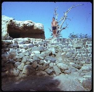 1972 - וויליאם ליד המוצב המערבי של תל עזזיאת שהשקיף אל הישובים שתחתיו