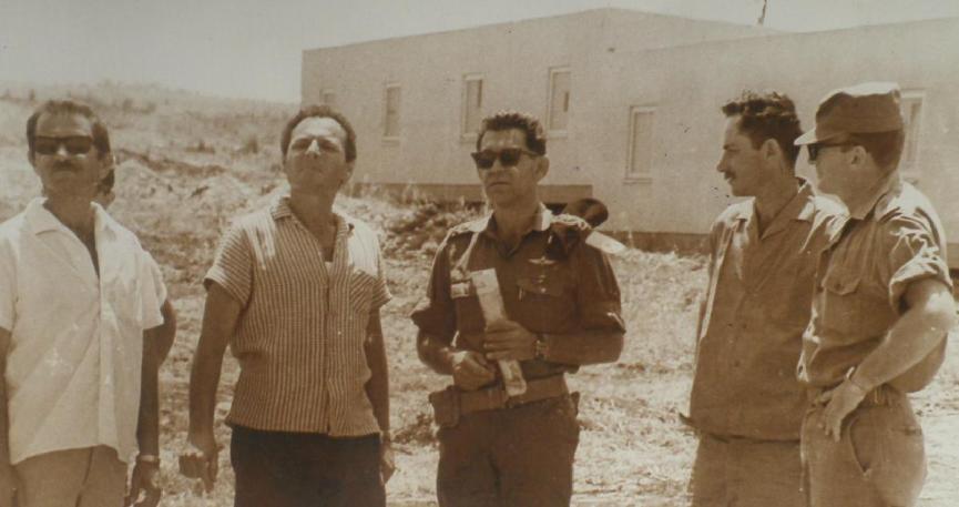 """מתכננים הגנה. סא""""ל מנו שקד, מח""""ט 3 (מימין) עם אלוף הפיקוד דוד אלעזר (במרכז) באחד הקיבוצים לפני המלחמה"""
