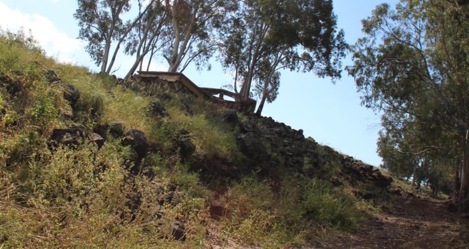 מבנה הרוס בג'לבינה מעל דרך הפטרולים