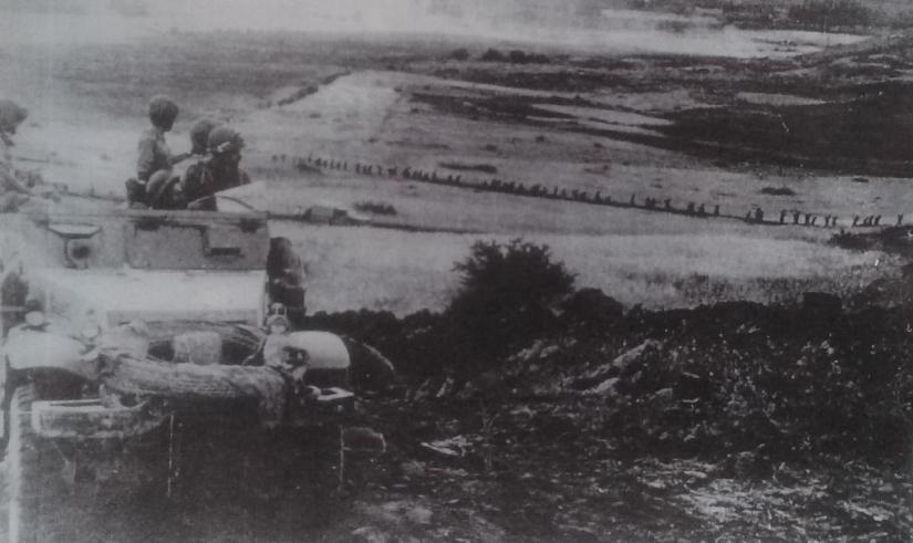 התמונה המפורסמת של גדוד 13 נכנס לאיזור הלחימה ליד גבעת האם