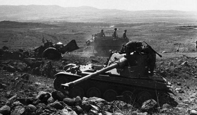 """תמונה 4: האמאיקס המושפל והזחל""""ם ההרוס. מעל שרידי הזחל""""ם אפשר לראות את הדרך היורדת אל בורג' בביל"""
