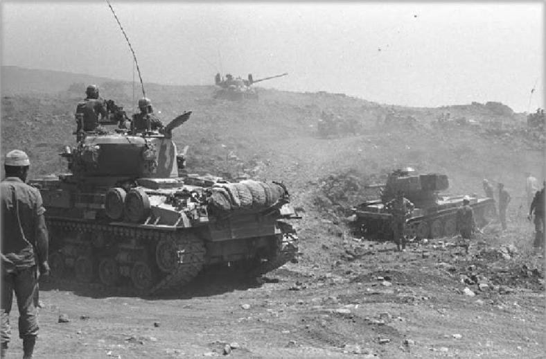 משהו קורה בצומת האמאיקס שמתחת לתל. הטנק הסורי מימין בצילום משותף עם שני שרמנים