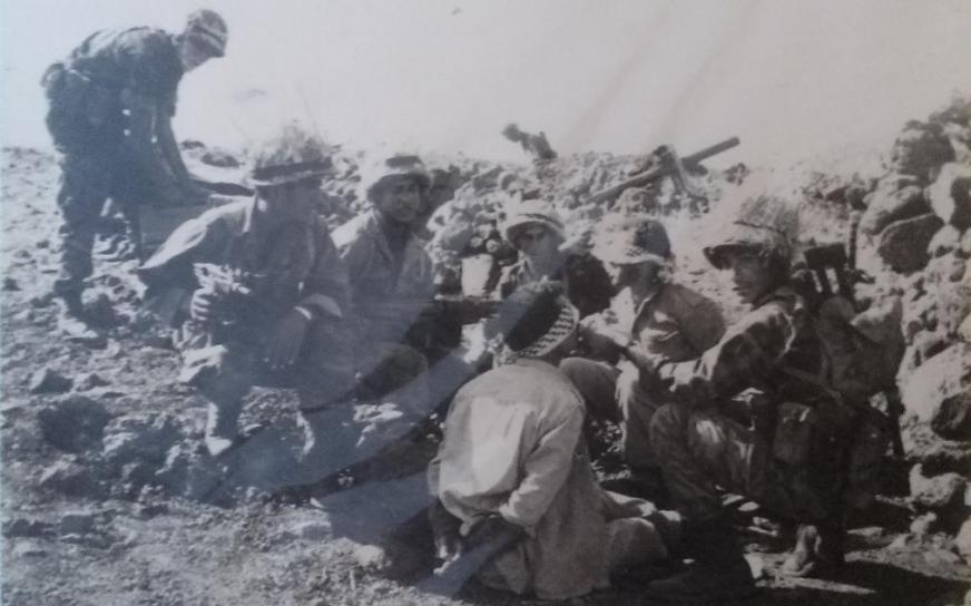 גדוד 17 עם שבוי שנתפס באיזור מוצב 8100 שמעל קיבוץ גונן