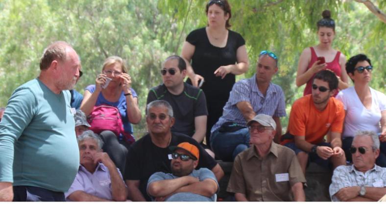 ישראל הוברמן [משמאל] בדרכו לבמה
