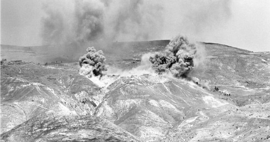 """וכך זה נראה ב-10 ביוני 1967: הפצצה כבדה על תאופיק ש מטוסי חיל האוויר. צולם מרכס פוריה [צילום: במחנה / ארכיון צה""""ל]"""