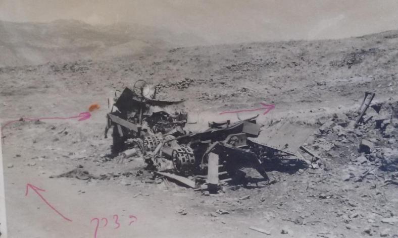 """זה מה שנשאר מזחל""""ם המרגמה של פלוגת השריון בצומת האמאיקס. מהתפוצצות הזחל כתוצאה מפגיעה נהרג רחמים משיח [צילום: זמיר כהן, 1967]"""