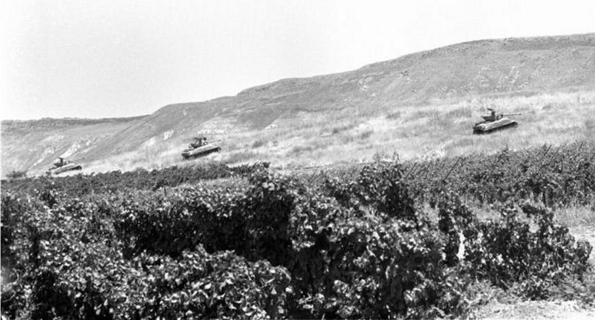 """טנקי הגש""""פ על רכס האון. צולם מאיזור תל קציר [צילום: במחנה, ארכיון צה""""ל]"""