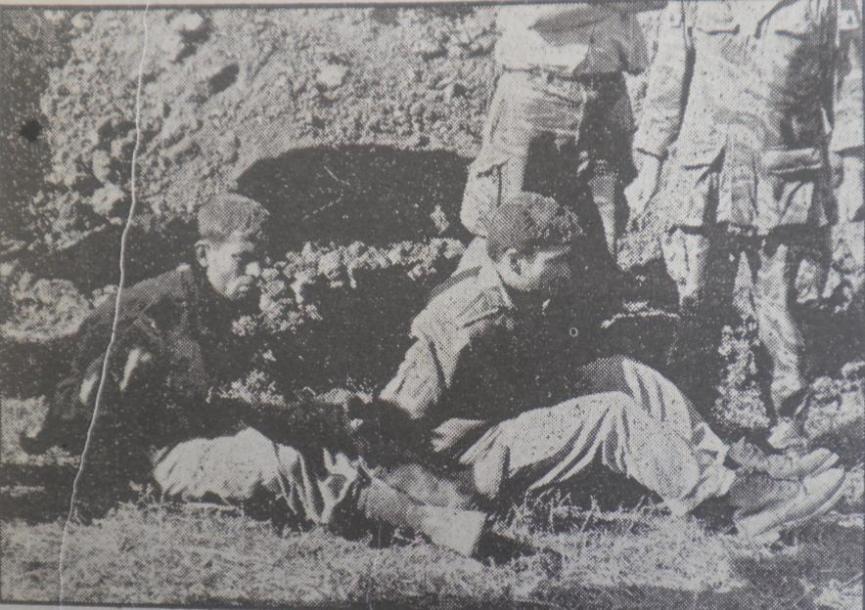 """מפקדי מוצב תל עזזיאת לאחר שנשבו [צילום:"""" במחנה""""]"""